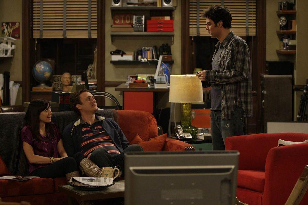 Während sich Ted (Josh Radnor, r.) von Barney überreden lässt, auf eine Party mitzukommen, genießen Marshall (Jason Segel, M.) und Lily (Alyson Hann... - Bildquelle: 20th Century Fox International Television