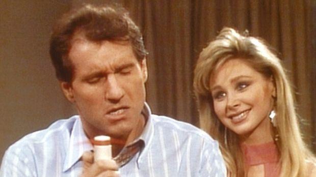 Nach einem Ehekrach gerät Al (Ed O'Neill, l.) in Versuchung: Die Stewardess S...