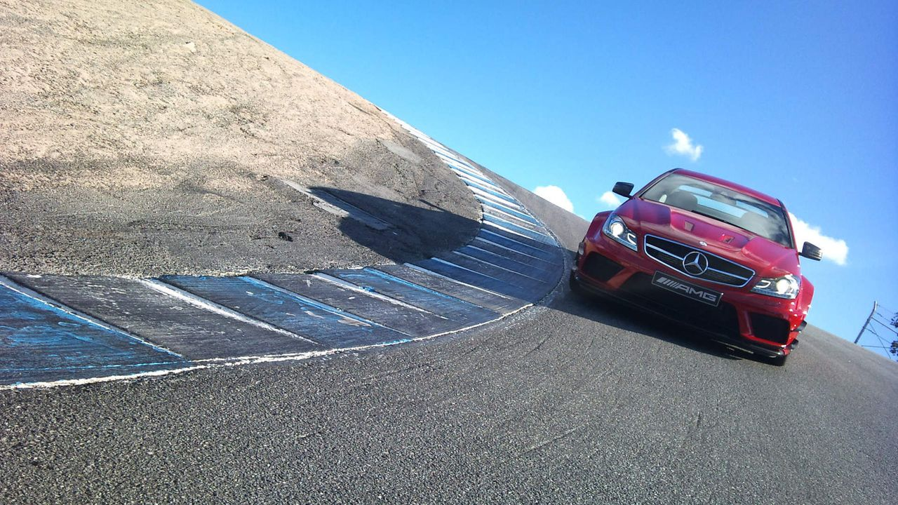 "Auf der spektakulären Rennstrecke im kalifornischen Laguna Seca zeigt Renn-Ass Patrick Simon, was das Mercedes C Coupé AMG ""Black Series"" so drauf... - Bildquelle: kabel eins"