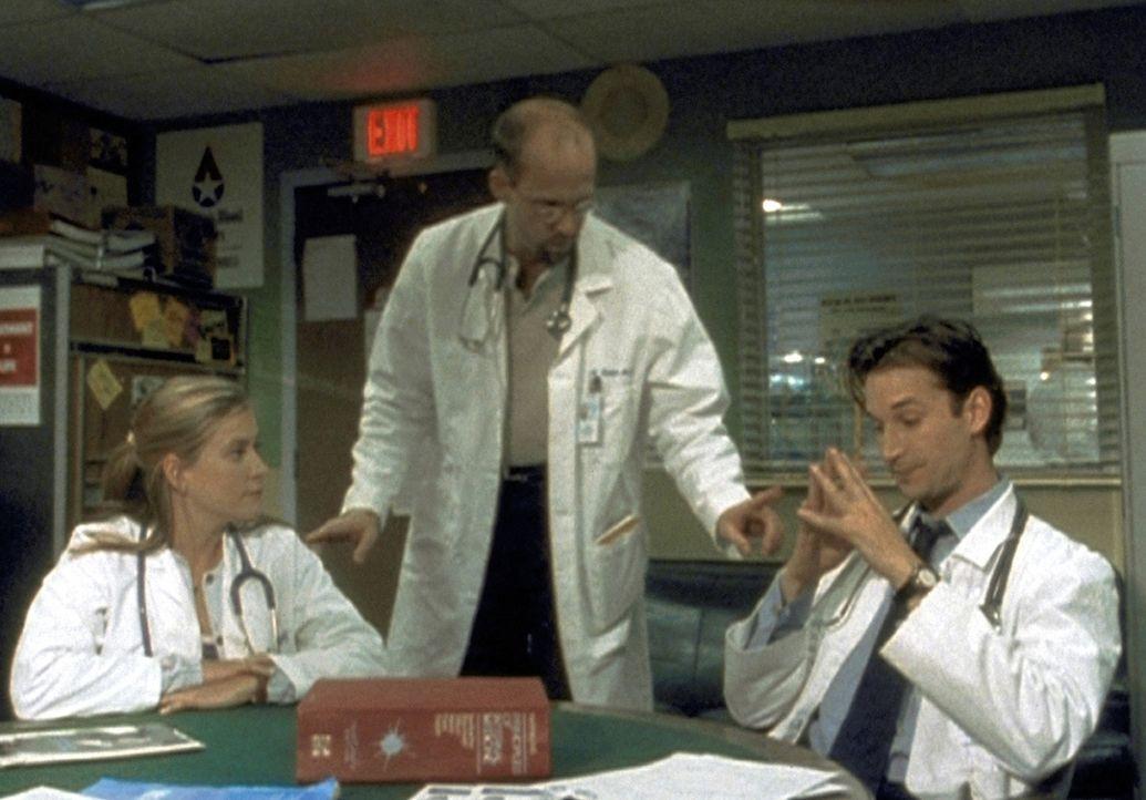 Dr. Greene (Anthony Edwards, M.) sieht sich außerstande, die Differenzen zwischen Carter (Noah Wyle, r.) und dessen Praktikantin Lucy (Kellie Martin... - Bildquelle: TM+  2000 WARNER BROS.