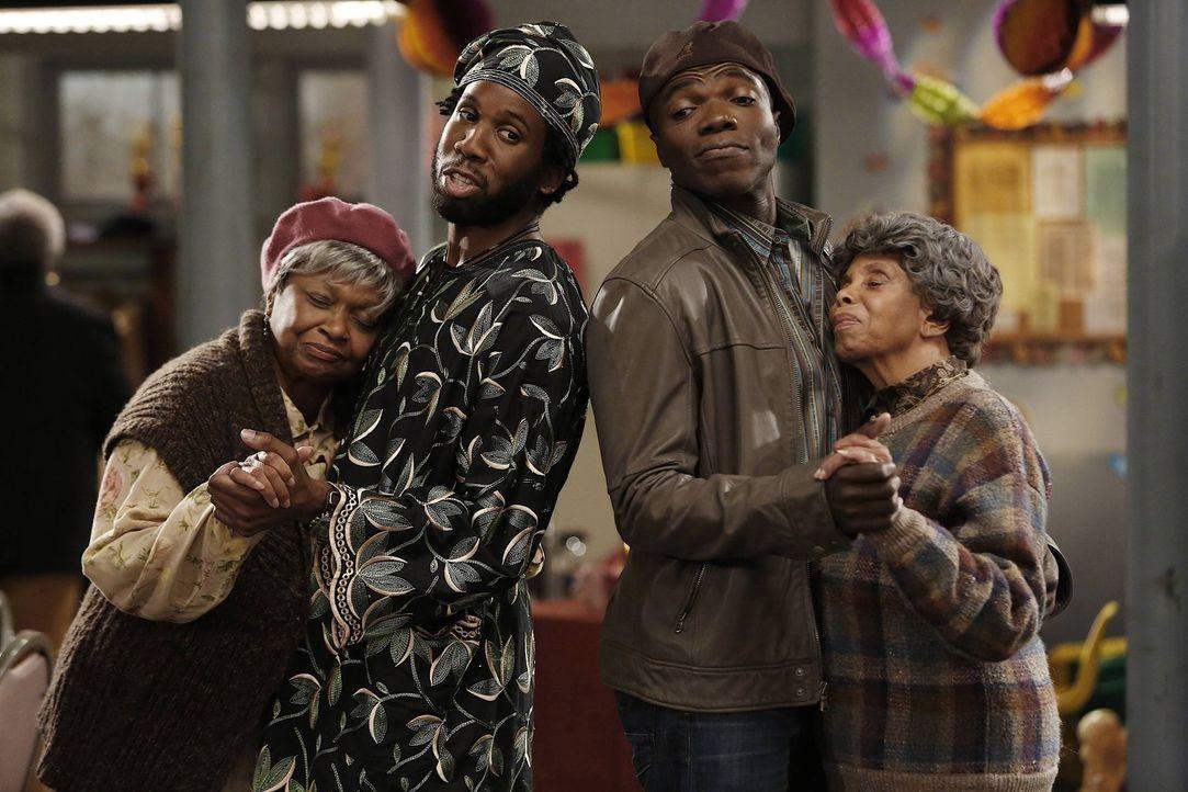 Samuel (Nyambi Nyambi, 2.v.l.) und Carl (Reno Wilson, 2.v.r.) feiern das Thanksgiving-Fest bei einem Single-Treff der Kirchengemeinde, doch ihr heiß... - Bildquelle: Warner Brothers