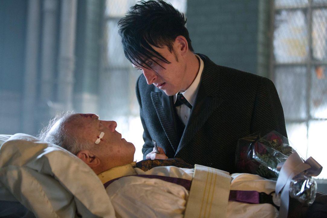 Um König der Gothamer Unterwelt zu werden, schreckt Oswald Cobblepot (Robin Lord Taylor, r.) vor nichts zurück. Das muss Falcone (John Doman, l.) am... - Bildquelle: Warner Bros. Entertainment, Inc.