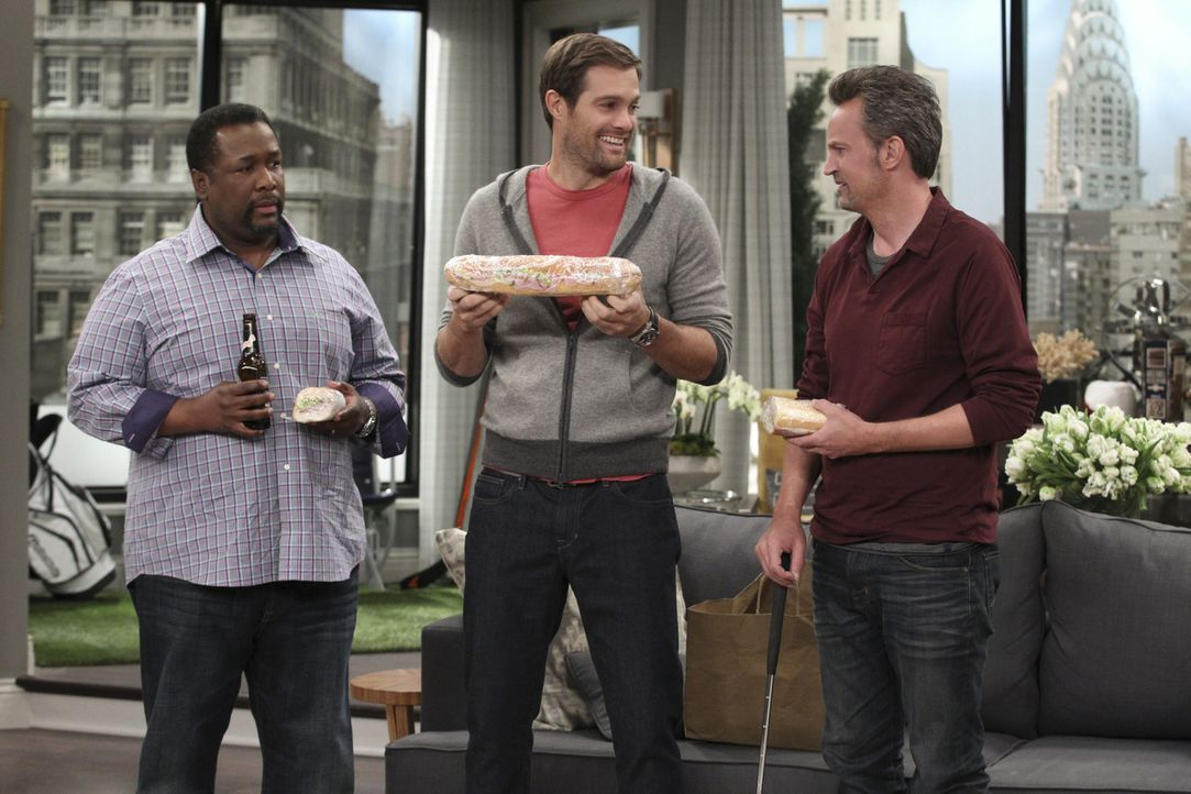 "Murph (Geoff Stults, M.) stellt mit seiner ""Größe"" Teddy (Wendell Pierce, l.) und Oscar (Matthew Perry, r.) vollkommen in den Schatten. Da hat vor a... - Bildquelle: Sonja Flemming 2014 CBS Broadcasting, Inc. All Rights Reserved"