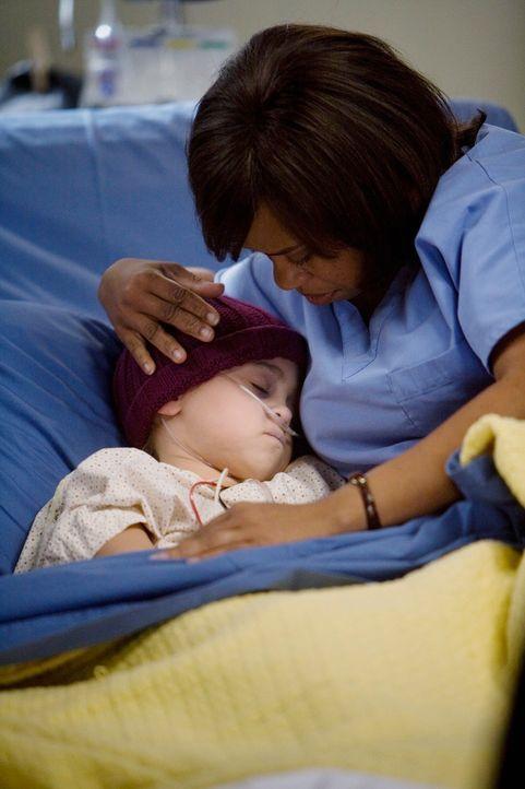 Während Bailey (Chandra Wilson, r.) sich um Jessica (Mary-Charles Jones, l.) kümmert, klammert sich ihr Vater mit aller Kraft an die Hoffnung, in... - Bildquelle: Touchstone Television