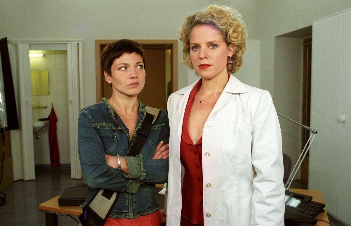 """Stephanie (Claudia Schmutzler, l.) ist von der neuen """"Clinical Nurse Managerin"""" Iris Melba-Eckelt (Christiane Brammer, r.) nicht begeistert. - Bildquelle: Noreen Flynn Sat.1"""