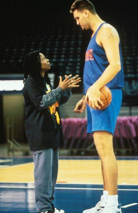 Coach Eddie (Whoopi Goldberg, l.) erklärt den langen Jungs ihre ausgeklügelte Taktik ... - Bildquelle: Myles Aronowitz Buena Vista Pictures