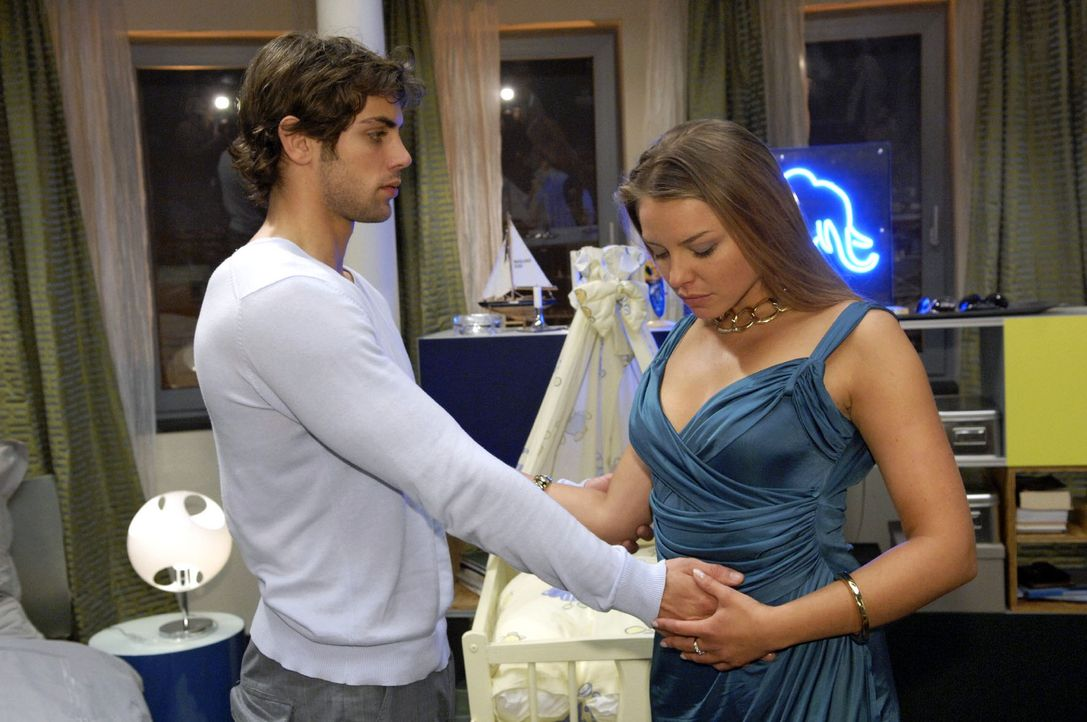 Katja (Karolina Lodyga, r.) freut sich auf einen romantischen Abend mit Jonas (Roy Peter Link, l.). - Bildquelle: Sat.1