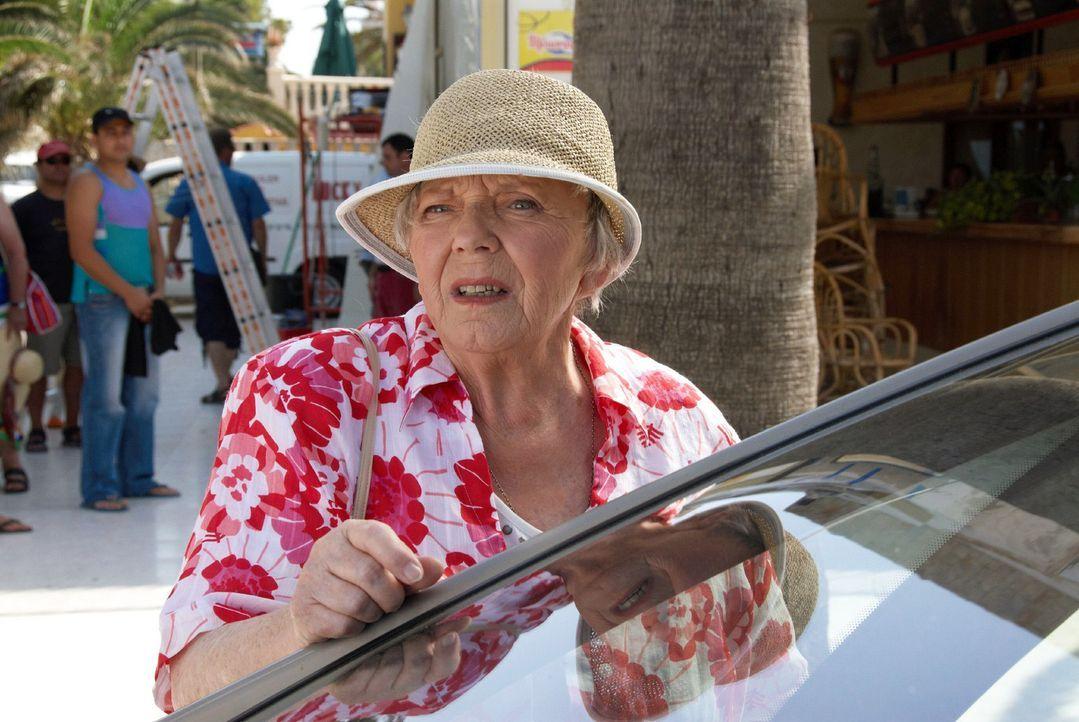 Resi (Ruth Drexel) - immer noch auf Mallorca - trifft zufällig Rambolds Freundin Hasi, die auf der Insel ein Restaurantprojekt betreut.