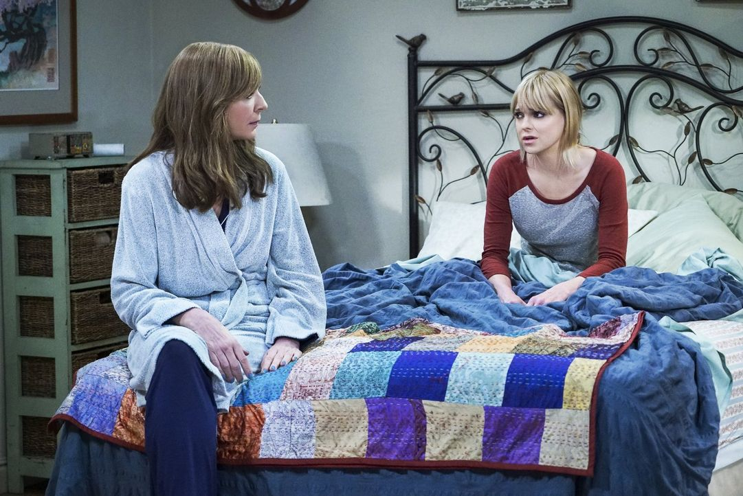 Die Sorgen um ihre Mutter Bonnie (Allison Janney, l.) wachsen bei Christy (Anna Faris, r.) immer mehr. Sie glaubt, es sind erste Anzeichen da, dass... - Bildquelle: 2016 Warner Bros. Entertainment, Inc.