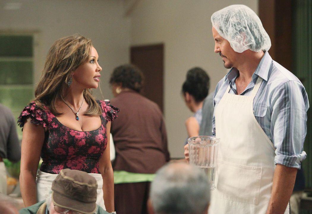 Renee (Vanessa Williams, l.) versucht alles, um für den neuen Bewohner Ben Faulkner (Charles Mesure, r.) interessant zu werden, der jedoch hat auf e... - Bildquelle: ABC Studios