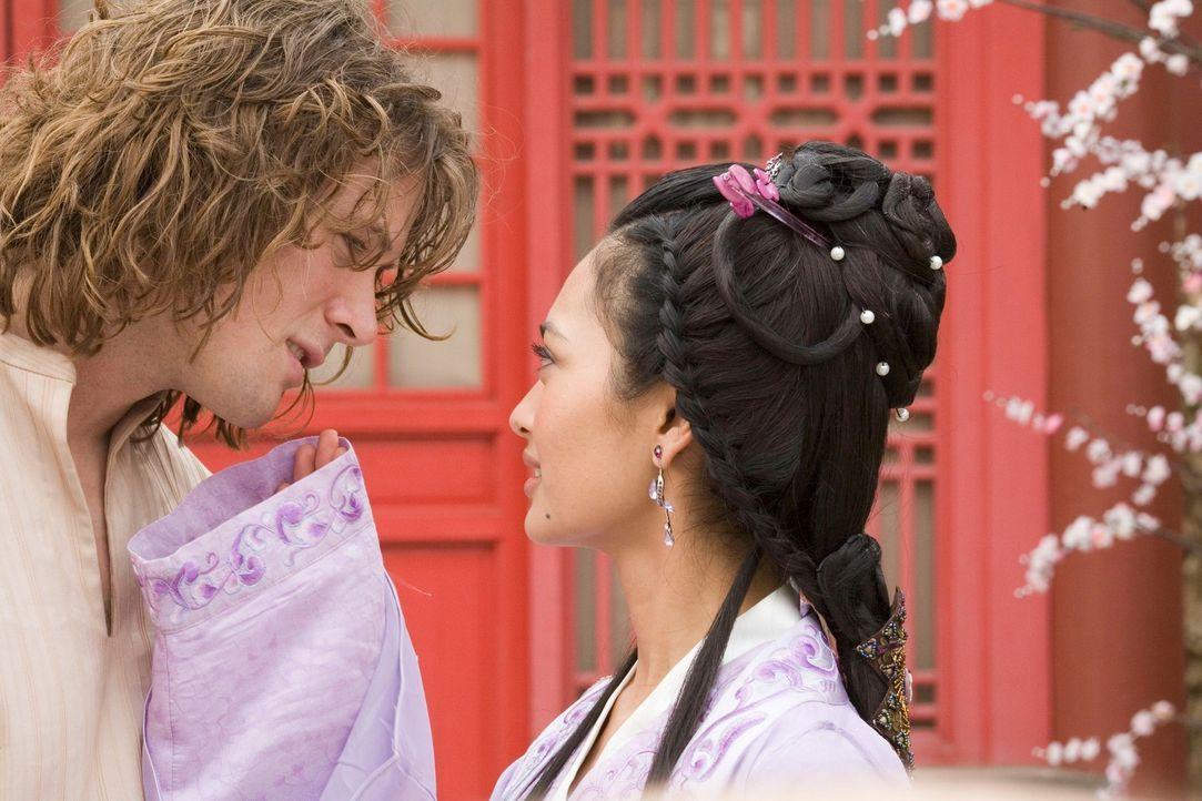 Kaum begegnet D.B. (John Reardon, l.) Prinzessin Li Wie (Desiree Ann Siahaan, r.), da verliebt er sich auch schon unsterblich in sie ... - Bildquelle: RHI Entertainment