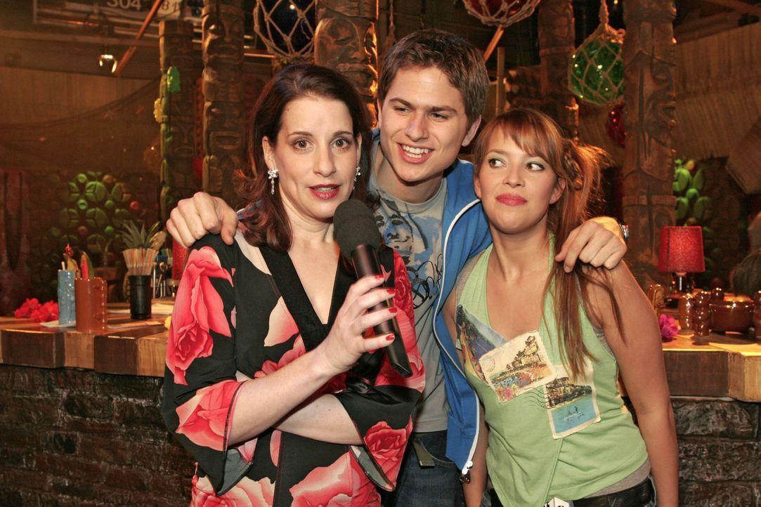 Karaoke-Fieber in der Tiki-Bar: Auch Inka (Stefanie Höner, l.) hat - unterstützt von Timo (Matthias Dietrich, M.) und Hannah (Laura Osswald, r.) -... - Bildquelle: Sat.1