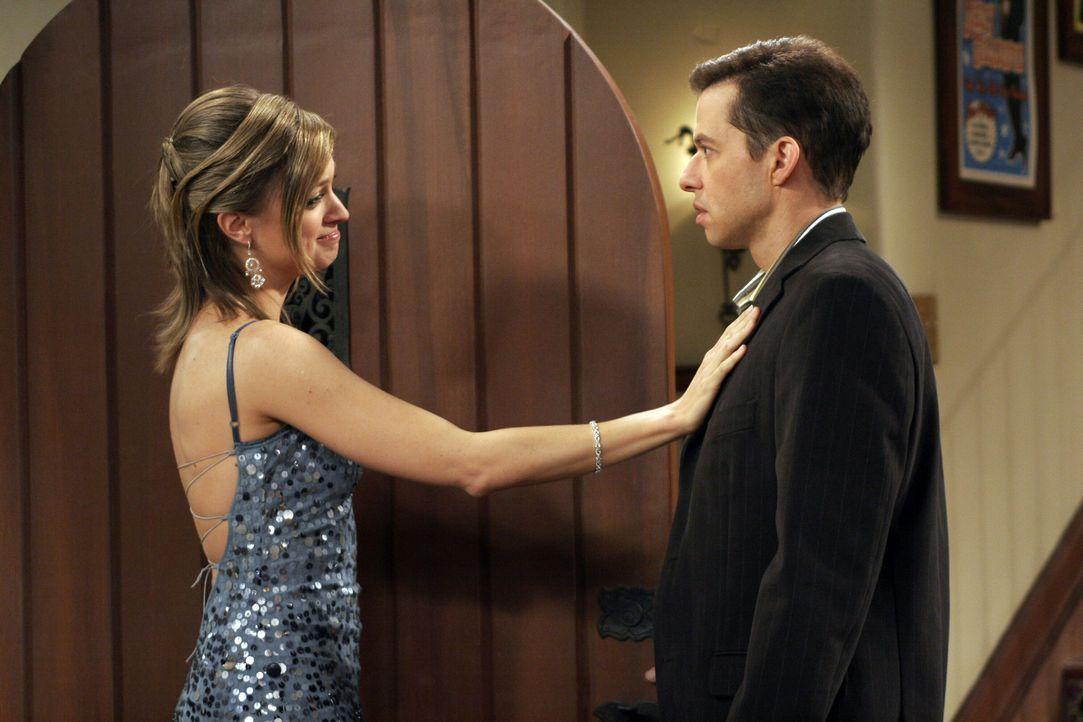 Um ihn etwas aufzuheitern, hat Charlie Alan (Jon Cryer, r.) ein Date mit Camille (Nicole Forester, l.) verschafft ... - Bildquelle: Warner Brothers Entertainment Inc.