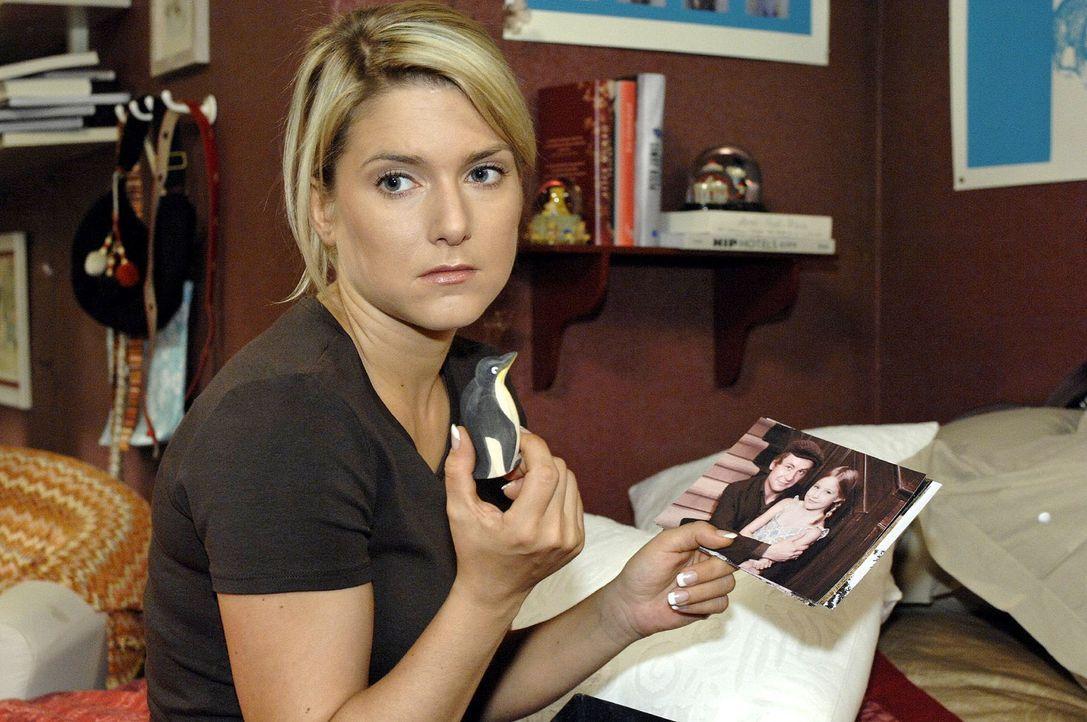 Anna (Jeanette Biedermann) hofft so sehr, dass ihr Vater irgendwann zurückkommen wird. - Bildquelle: Oliver Ziebe Sat.1