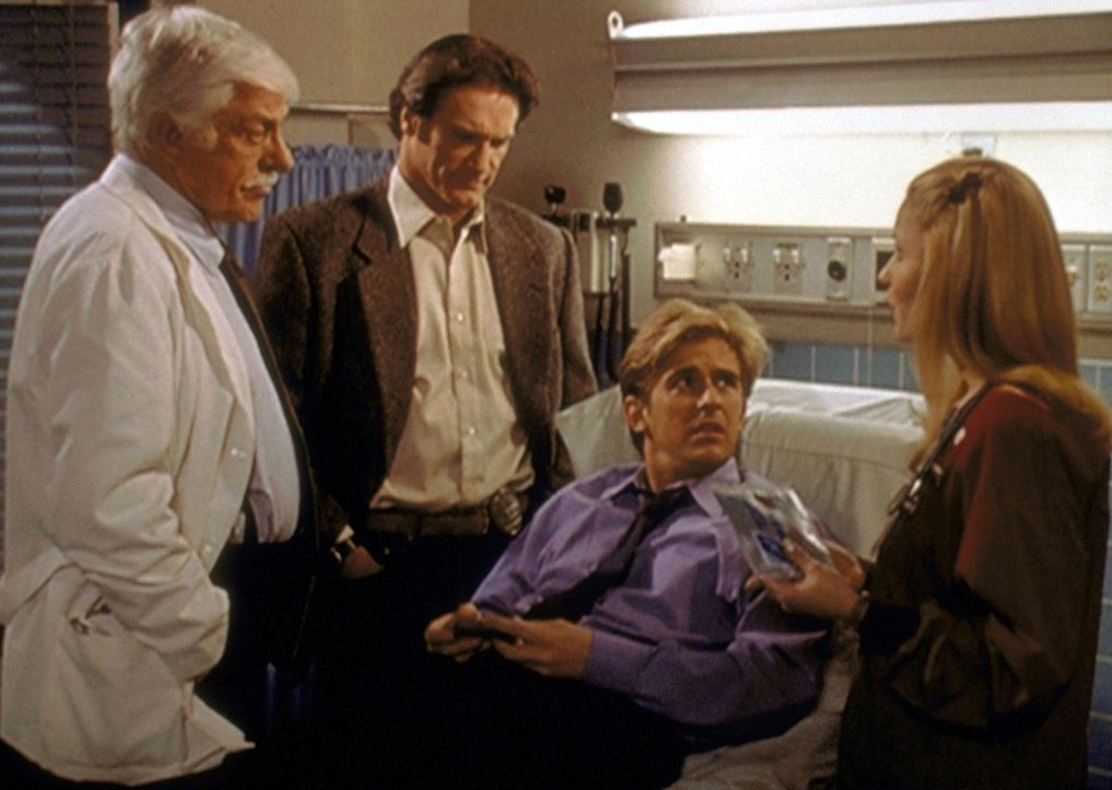 Jessie (Charlie Schlatter, 2.v.r.) ist niedergeschlagen worden und wird von Mark (Dick Van Dyke, l.), Steve (Barry Van Dyke, 2.v.l.) und seiner Freu... - Bildquelle: Viacom