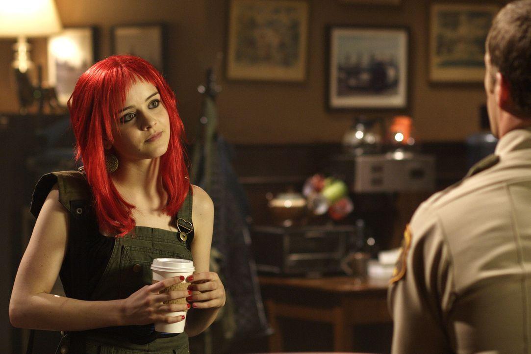 Nach einem Streit mit ihren Vater Jack (Colin Ferguson, r.) läuft Zoe (Jordan Hinson, l.) von Zuhause weg. Auf der Landstraße bietet ihr ausgerechne... - Bildquelle: Universal Television