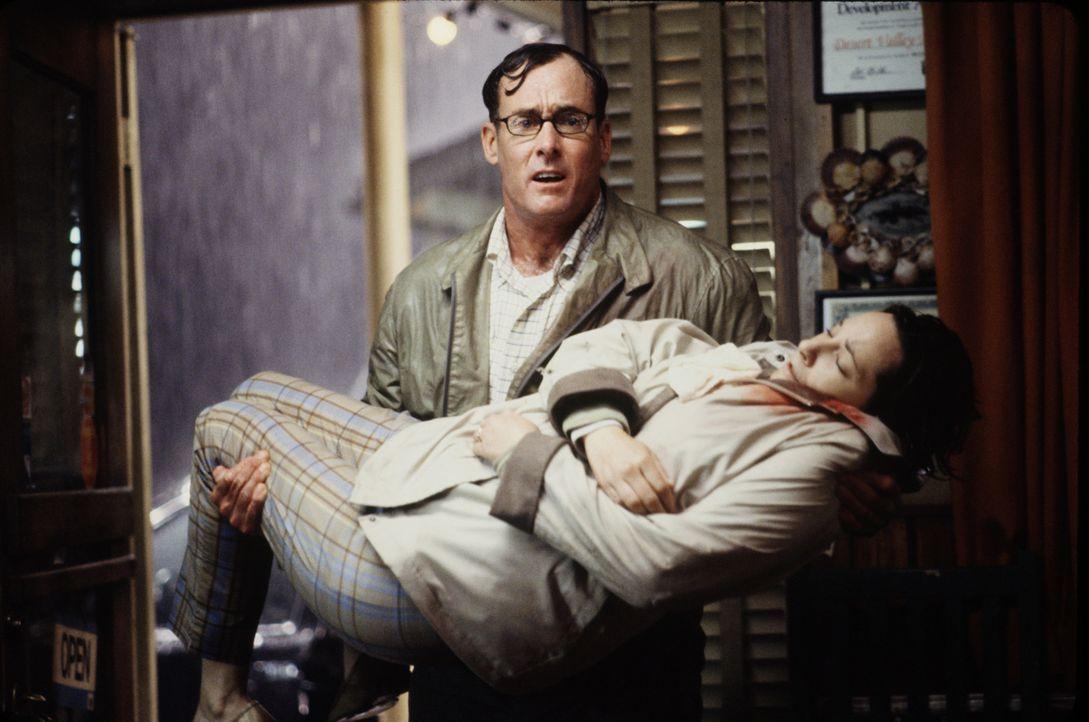 Sintflutartige Regenfälle und überschwemmte Straßen machen eine Weiterfahrt ins Krankenhaus unmöglich. George (John C. McGinley, hinten) bringt... - Bildquelle: 2003 Sony Pictures Television International. All Rights Reserved.