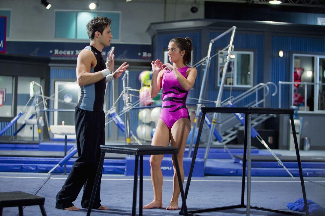 Nicht nur im Training verstehen sich Nick (Cody Longo, l.) und Kaylie (Josie Loren, r.) sehr gut ... - Bildquelle: 2009 DISNEY ENTERPRISES, INC. All rights reserved.