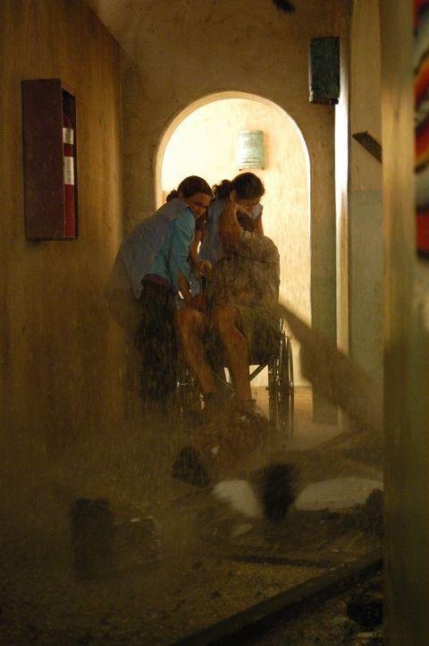 Mitten während einer schwierigen Hilfsaktion wird das Land durch ein schweres Erdbeben verwüstet. Natalie (Kelli Williams, l.) versucht sich zu re... - Bildquelle: CBS Television