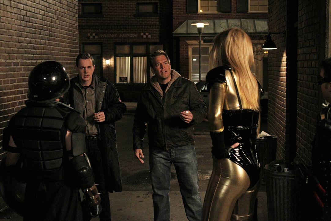 """Bei den Ermittlungen in einem neuen Mordfall bekommen es Tony (Michael Weatherly, 2.v.r.) und McGee (Sean Murray, 2.v.l.) mit der Bewegung """"Real Lif... - Bildquelle: 2012 CBS Broadcasting Inc. All Rights Reserved."""