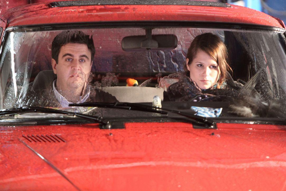 Machen eine schockierende Entdeckung: Bastian (Bastian Pastewka, l.) und seine Nichte Kim (Christina Do Rego, r.) ... - Bildquelle: Sat.1
