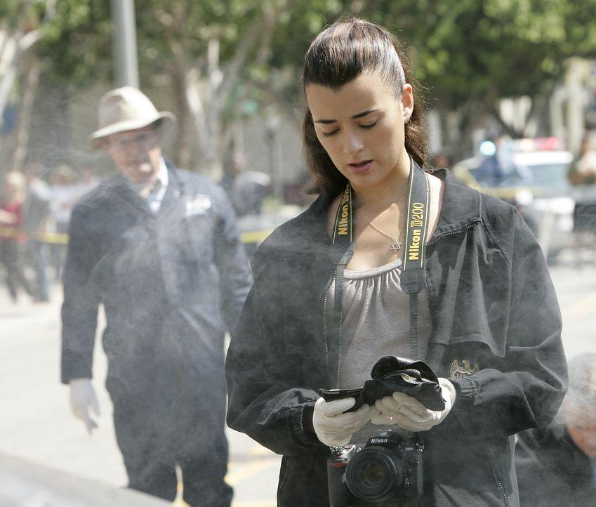 Ziva (Cote de Pablo, r.) ist geschockt, als sie am Tatort Tonys Dienstmarke und Ausweis findet ... - Bildquelle: CBS Television