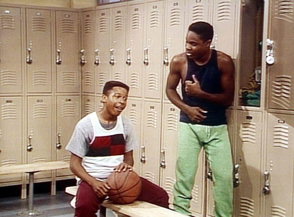 Lyle (Dennis Singletary, l.) gibt auch Theo (Malcolm-Jamal Warner, r.) gegenüber im Umkleideraum gern mit seinen unzähligen Affären an ... - Bildquelle: Viacom