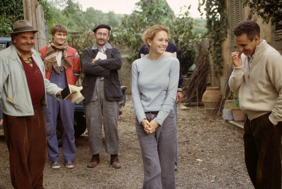 Zögernd schließt Frances (Diane Lane, 2.v.r.) neue Freundschaften, und ihre polnischen Arbeiter in ihrem Haus werden zur Ersatzfamilie, die sie beko... - Bildquelle: Buena Vista International Inc.