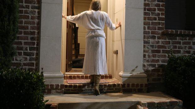 Pamela Smart (Foto) findet ihren getöteten Ehemann Greg Smart (24) im Eingang...