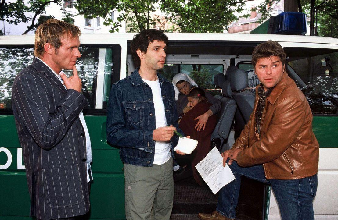 Nachdem auf Olga geschossen wurde, kommen die Beamten Falk (Dirk Martens, l.), Jupp (Uwe Fellensiek, r.) und Gino (Luca Zamperoni, M.), um vor Ort z... - Bildquelle: Münstermann Sat.1