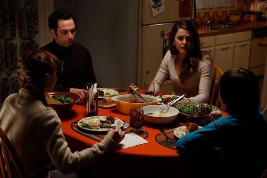 The Americans - Phillip (Matthews Rhys, 2.v.l.) und Elizabeth (Keri Russell,...