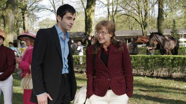 Lisa (Alexandra Neldel, r.) wird überraschend von David (Mathis Künzler, l.)...