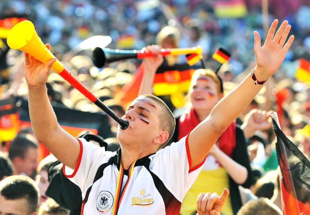 Fussball-Fans-Deutschland-100623-dpa - Bildquelle: dpa