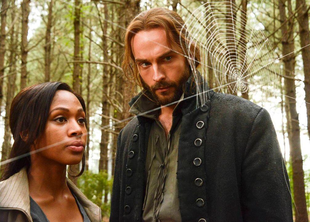 Ein neuer Fall wartet auf Ichabod (Tom Mison, r.) und Abbie (Nicole Beharie, l.) ... - Bildquelle: 2013 Twentieth Century Fox Film Corporation. All rights reserved.