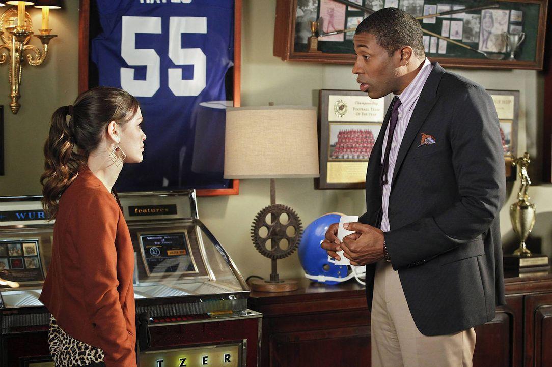 Als Zoe (Rachel Bilson, l.) sich in Lavons (Cress Williams, r.) Auftrag auf die Suche nach dem Grund für Didis Rückzug begibt, macht sie eine schock... - Bildquelle: Warner Bros.