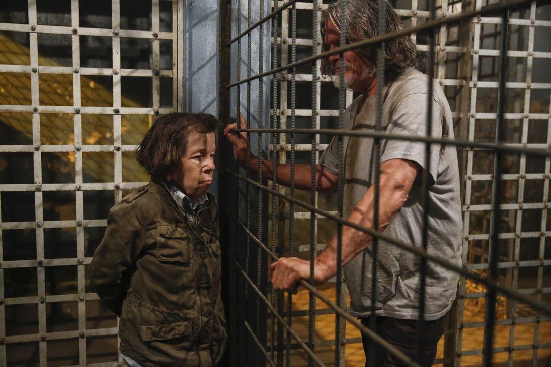 Während das NCIS Team in Los Angeles einer gefährlichen Bande auf den Fersen ist, wird Hetty (Linda Hunt, l.) noch immer in Vietnam gefangen gehalte... - Bildquelle: Cliff Lipson 2017 CBS Studios Inc. All Rights Reserved.