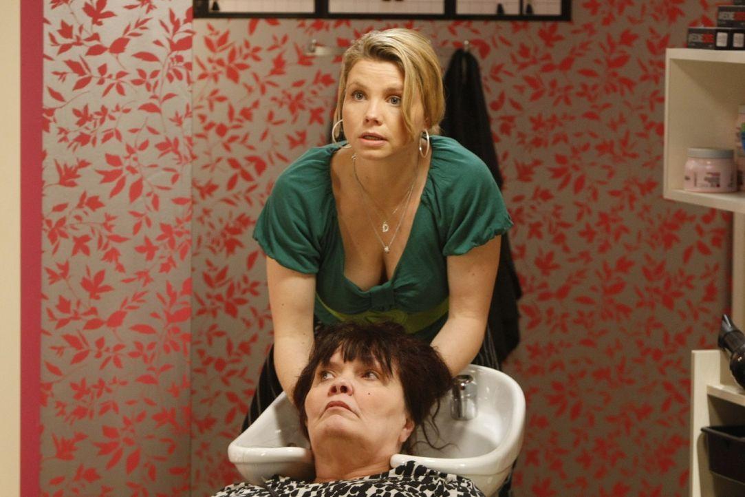 Weil Danni (Annette Frier, hinten) der Friseuse Fanny falsche Tipps gegeben hat, misslingt auch der zweite Versuch mit der Dauerwelle. Daraufhin übe... - Bildquelle: Frank Dicks SAT.1