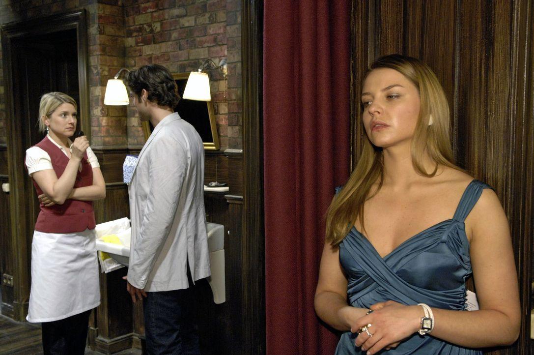 Katja (Karolina Lodyga, r.) bekommt mit, wie Anna (Jeanette Biedermann, l.) Jonas (Roy Peter Link, M.) die Freundschaft kündigt. - Bildquelle: Oliver Ziebe Sat.1