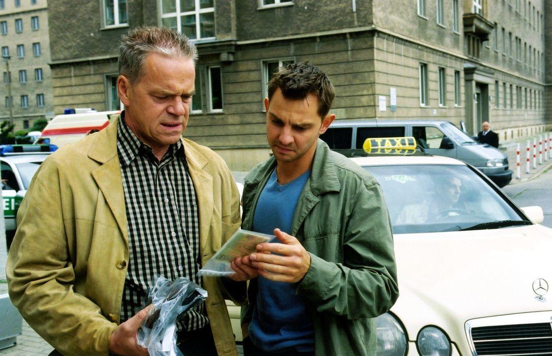 Kommissar Wolff (Jürgen Heinrich, l.) und Tom (Steven Merting, r.) sind einem Taximörder auf der Spur. - Bildquelle: Claudius Pflug Sat.1