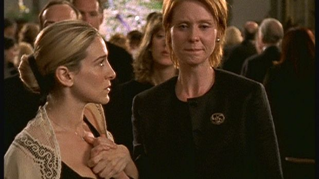 Als Carrie (Sarah Jessica Parker, l.) und Miranda (Cynthia Nixon, r.) unter d...