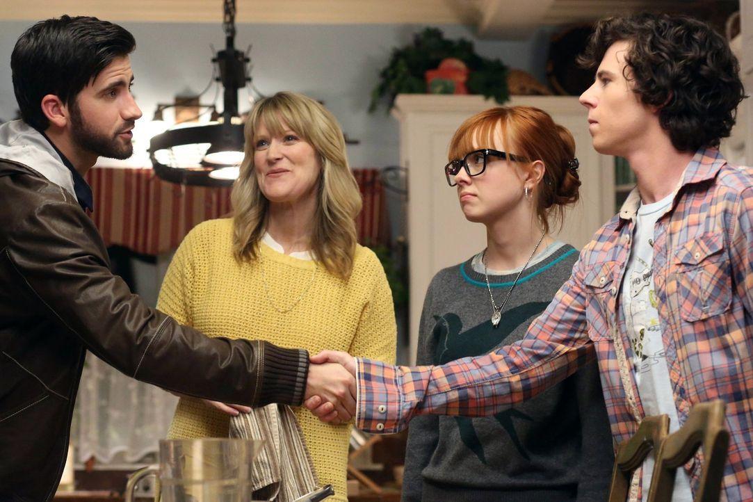 Als Axl (Charlie McDermott, r.) unerwartet auf Cassidys (Galadriel Stineman, 2.v.r.) Exfreund Cliff (Ryan Rottman, l.) trifft, tut er alles, um sich... - Bildquelle: Warner Brothers