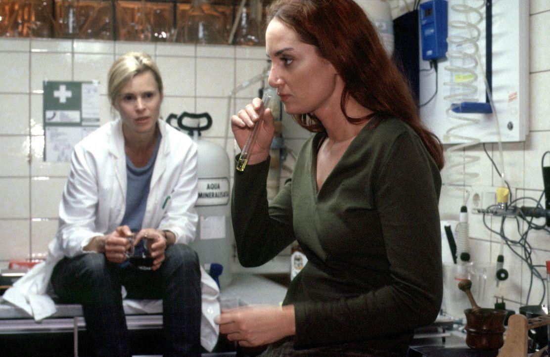 Nina Carstens (Natalia Wörner, r.) und Marianne (Leslie Malton, l.) reden über alte Zeiten ... - Bildquelle: Ruhnau Sat.1
