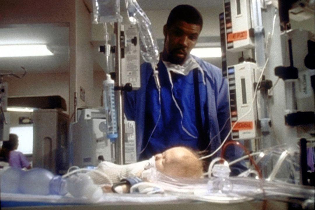 Dr. Benton (Eric LaSalle) hat durch eigenmächtiges Handeln den kritischen Zustand eines Babys verursacht. - Bildquelle: TM+  WARNER BROS.