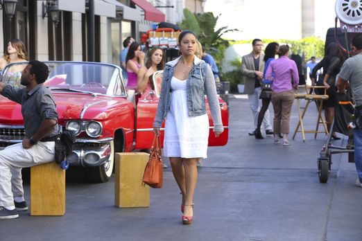 Jane the Virgin - Während Jane (Gina Rodriguez) gleich zwei Jobangebote erhäl...