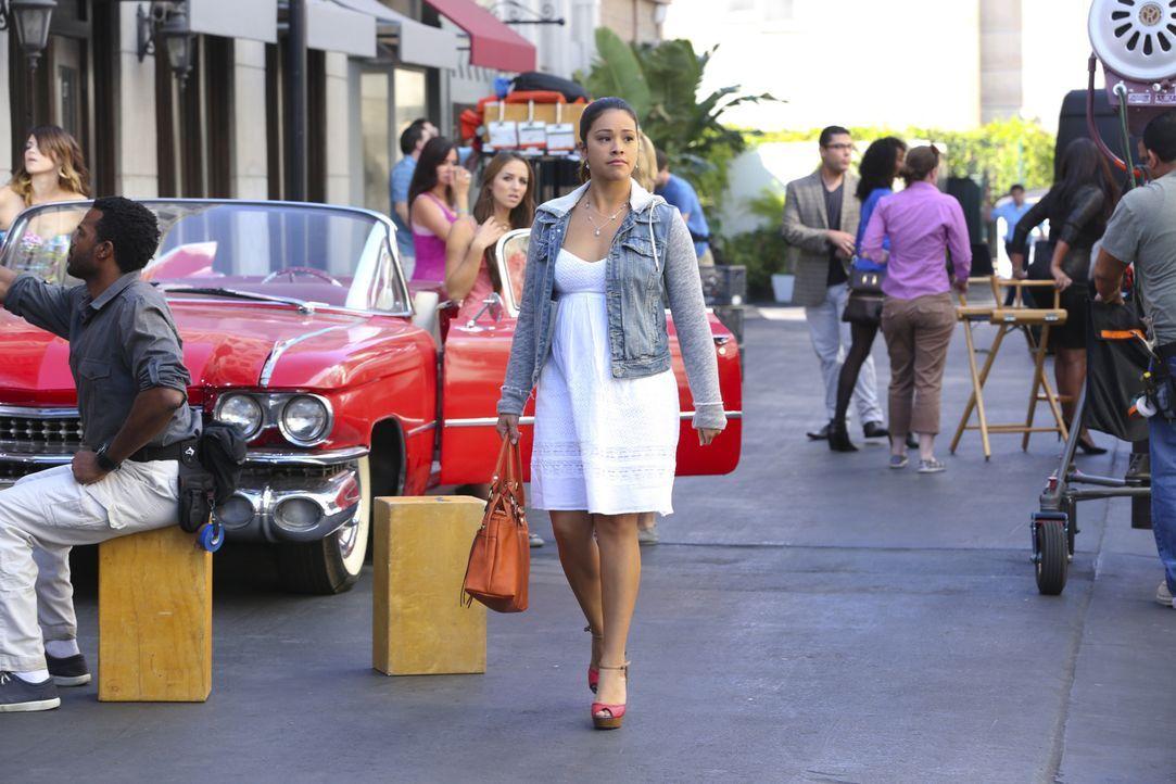 Während Jane (Gina Rodriguez) gleich zwei Jobangebote erhält, spioniert Michael Rafael nach, da er ihn immer noch für verdächtig hält ... - Bildquelle: 2014 The CW Network, LLC. All rights reserved.