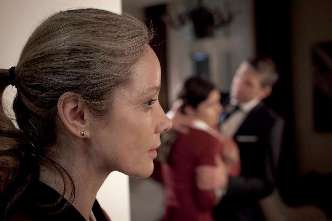 Eines Tages muss die beliebte und geschätzte Hotelangestellte Hella Wiegand (Ann Kathrin Kramer) erleben, wie eine junge Kollegin vom Chef sexuell b... - Bildquelle: Georg Pauly SAT.1