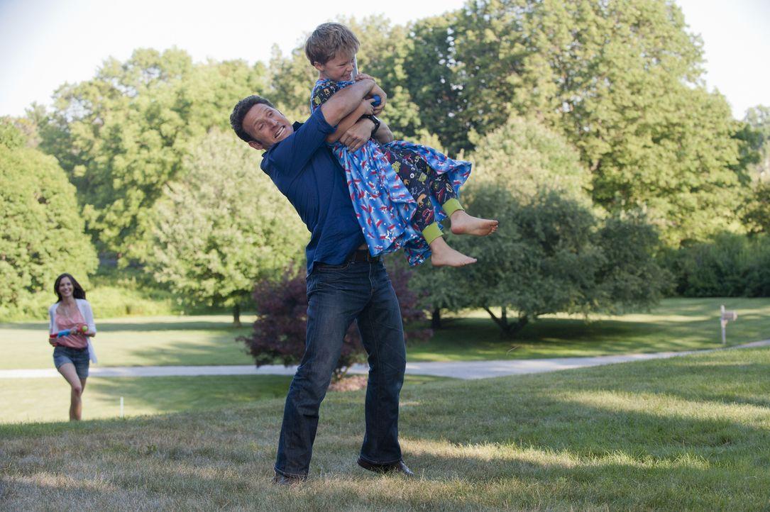 Hank (Mark Feuerstein, l.) muss sich um den an Asthma leidenden Simon (Tanner Flood, r.) kümmern, der für einen Monat nur bei seiner Nanny lebt, wei... - Bildquelle: David Giesbrecht 2011 Open 4 Business Productions, LLC. All Rights Reserved.
