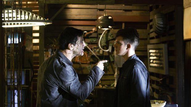 Roman (Matt Lanter, r.) stellt seinen Onkel Castor (Johnathon Schaech, l.) zu...