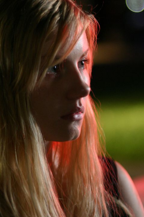 Die hübsche Cheerleaderin Nina Deer (Elisha Cuthbert) hegt den Verdacht, dass Dot etwas zu verbergen hat ... - Bildquelle: Copyright   2005 Burnt Orange Productions, LLC. All Rights Reserved.