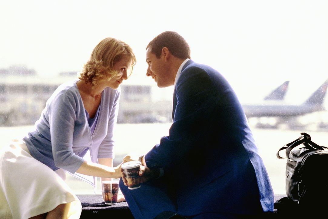 Geschäftsmann Barry (Adam Sandler, r.), dessen Verhältnis zu Frauen durch seine sieben Schwestern geprägt und daher leicht gestört ist, hat nur... - Bildquelle: Senator Film